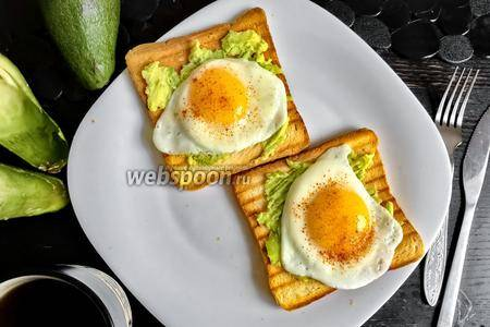 Быстрый и полезный завтрак: тосты с авокадо, яйцом и редиской