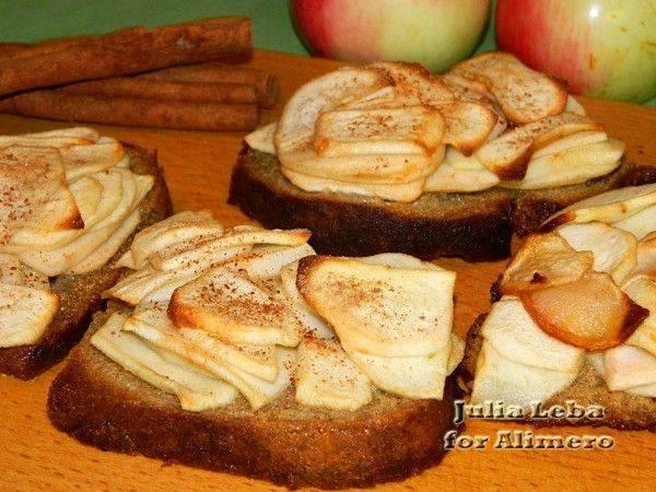 Брускетта с яблоками в коньяке