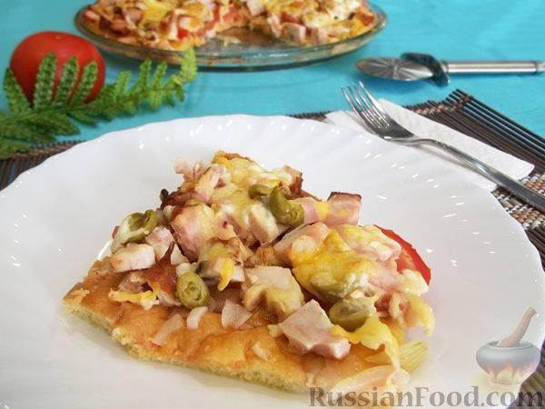 Пицца с копчёной курицей, помидорами и маслинами