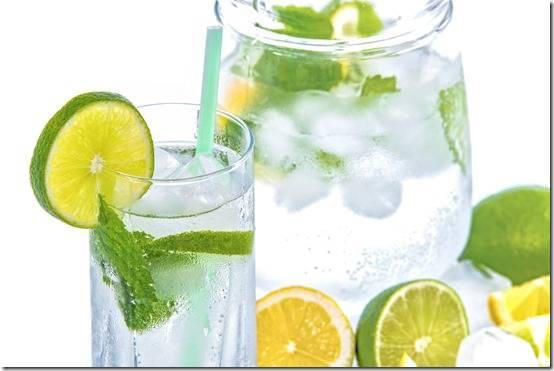 Летний напиток с ягодным льдом