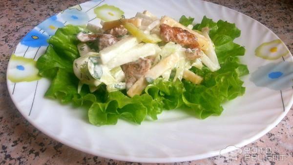 Легкий салат с дыней и курицей