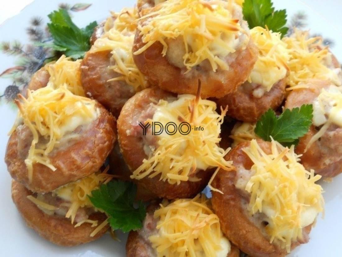 Бублики с мясным фаршем и сыром