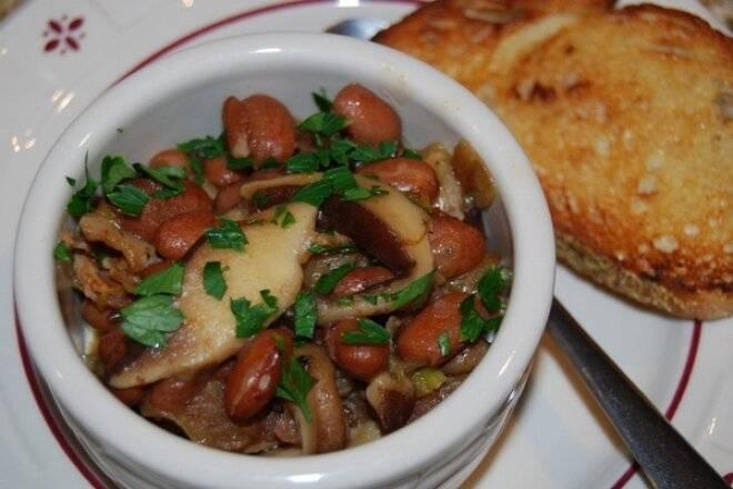Стручковая фасоль с грибами в томатном соусе