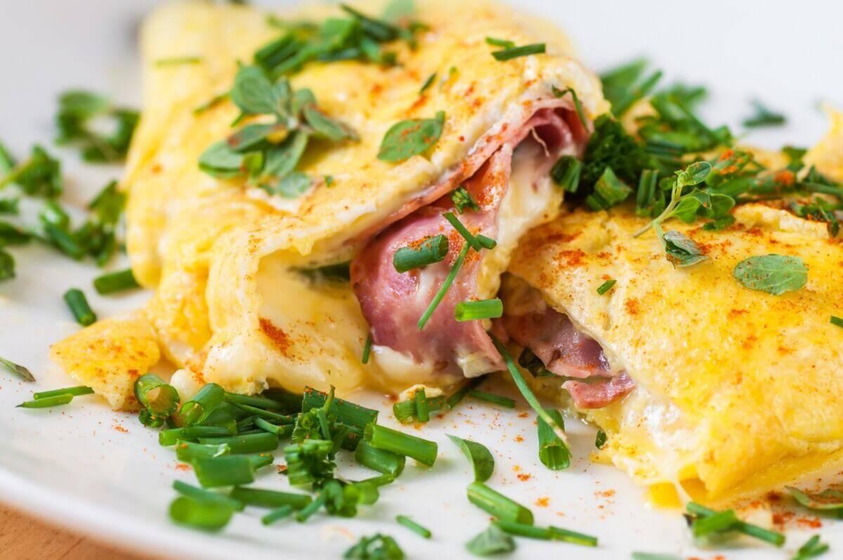Омлет с сыром — пять рецептов