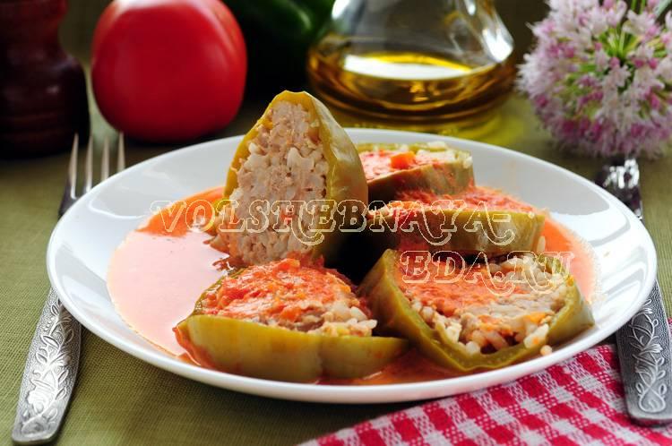 Фаршированные перцы в духовке половинками с курицей и овощами