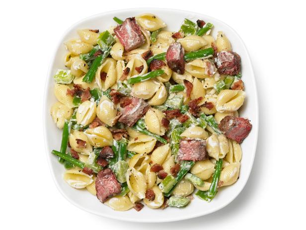 Быстрый и сытный ужин: макароны с курицей, стручковой фасолью и беконом