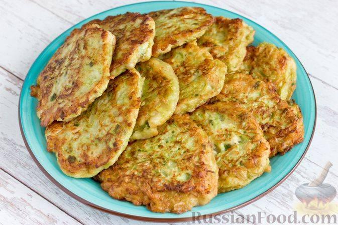 Самые вкусные оладьи из кабачков. 5 самых простых рецептов кабачковых оладьев с сыром, с курицей, с творогом, с геркулесом и без муки с морковью . а так же лёгкий соус для оладьев.