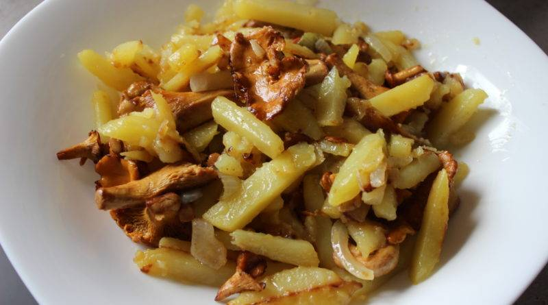 Жареная картошка с лисичками