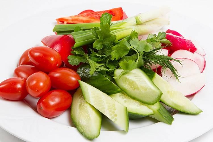 Овощная тарелка с соусом