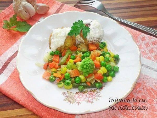 Фрикадельки из фасоли в чесночно-сметанном соусе с овощами