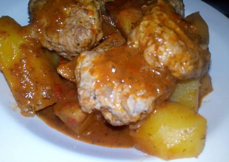 Фрикадельки с картошкой в томатном соусе