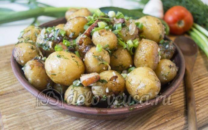 Молодая картошка в духовке дольками