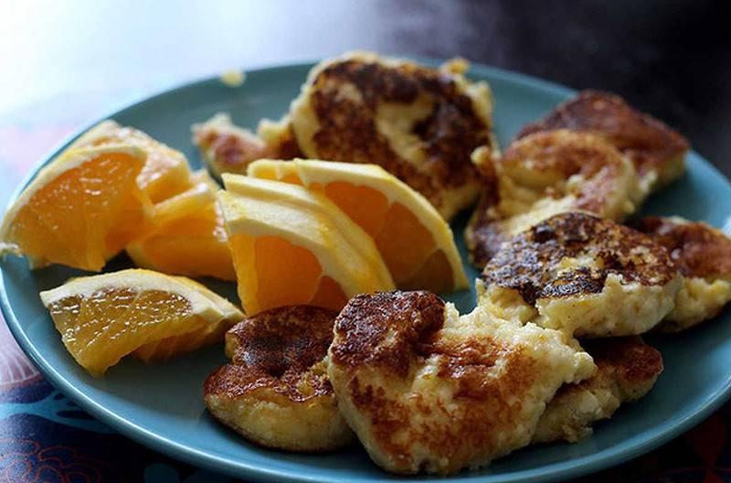 Апельсиновые сырники с изюмом на йогурте в духовке в формочках