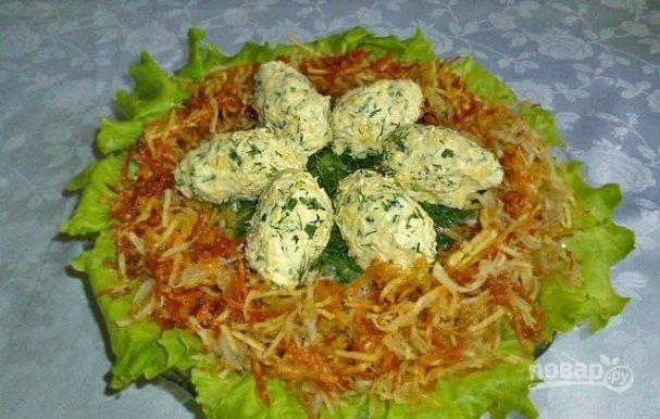 Салат «гнездо кукушки» с куриным филе и маринованными шампиньонами