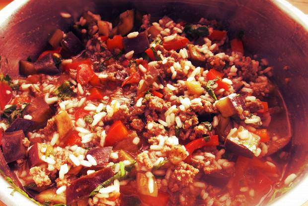 Перец, фаршированный овощным ассорти с рисом