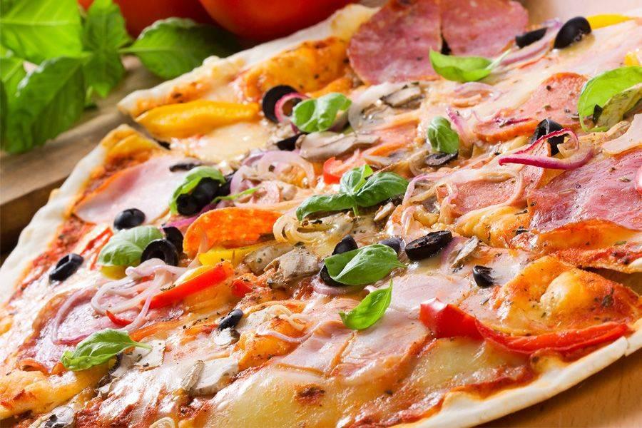 Пицца с копченой колбасой, сыром и грибами