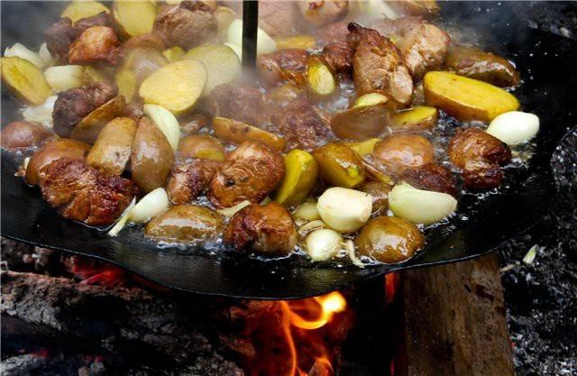 Жареная картошка с  грибами + колбаски на сковороде из диска бороны 4k video ultra hd