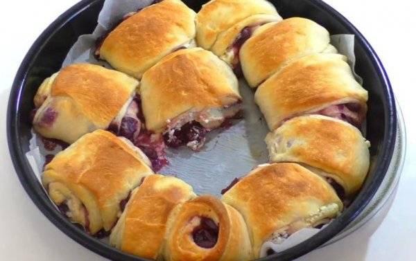 Сдобные булочки с изюмом и вишней