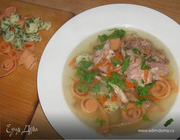 Вкусный куриный суп с лапшой и сельдереем
