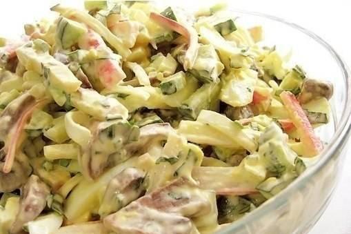 Салат с курицей, шампиньонами, огурцом, кукурузой. сытный салат.