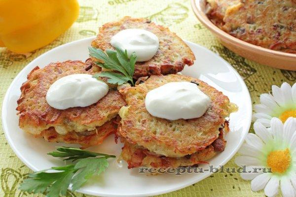 Вкусные картофельные драники с начинкой из сыра с зеленью
