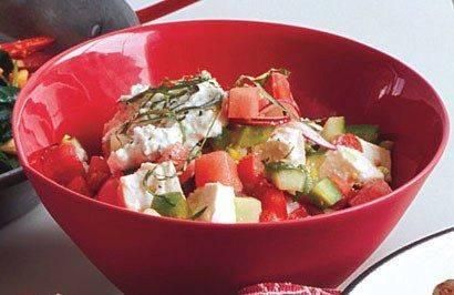 Быстрый овощной салат с арбузом и фетой