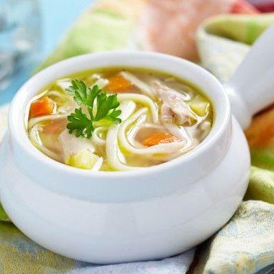 Cытный куриный суп с лапшой и овощами