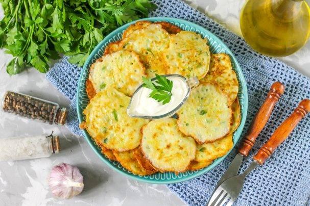 Кабачково-сырные оладьи с зеленью