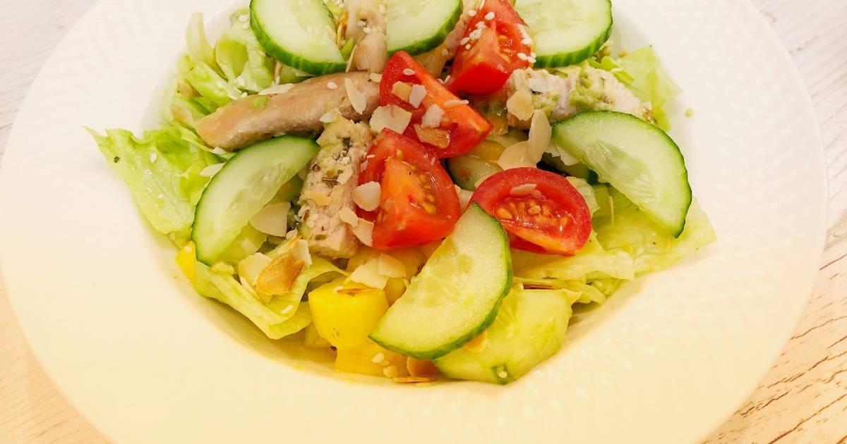 Вегетарианский салат с манго и авокадо
