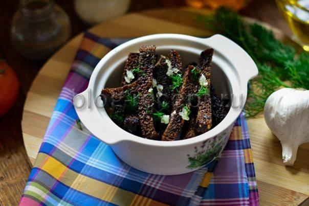 Гренки из черного хлеба с чесноком и не только. как приготовить вкусные сухарики в духовке и на сковороде.