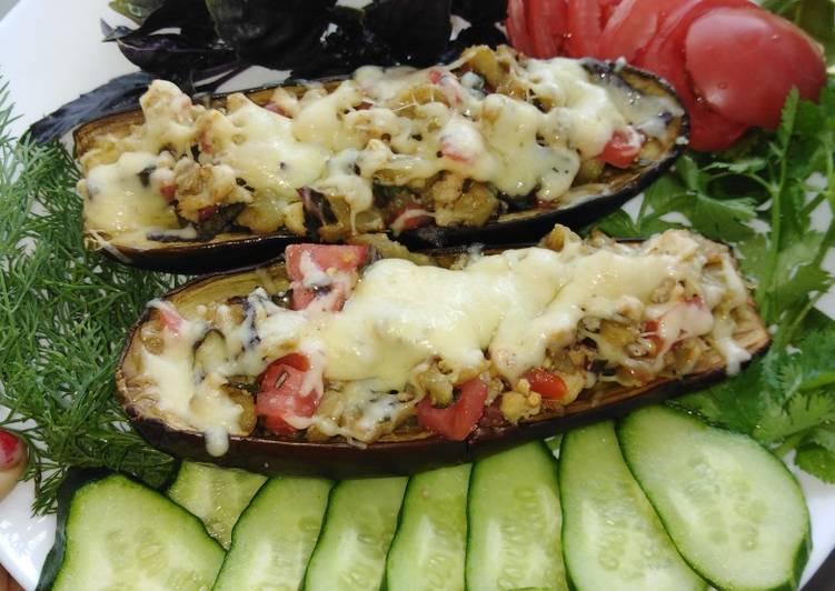 Баклажанные лодочки с овощами и сыром