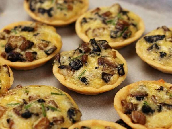 Закусочные тарталетки с грибами к праздничному столу на день рождения, новый год: идеи, рецепты с фото, украшения. рецепты грибных салатов для начинки тарталеток