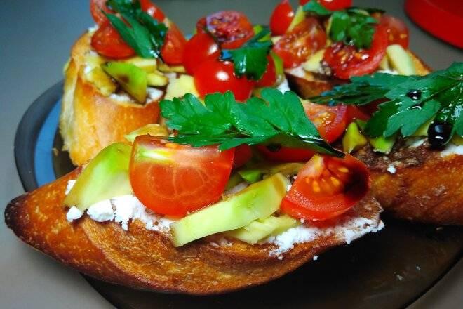 Брускетта с помидорами и базиликом рецепт