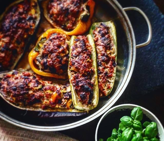 Фаршированные по-средиземноморски кабачки с овощным соусом