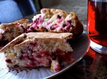 Брусничный бисквитный торт