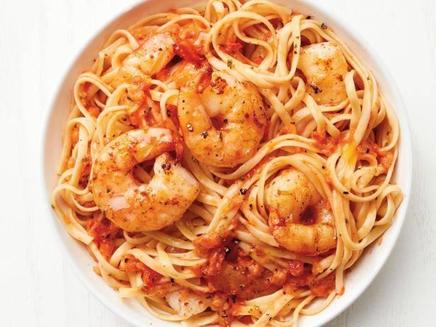 Паста с креветками - рецепты итальянского блюда со сливочным, томатным и острым соусом