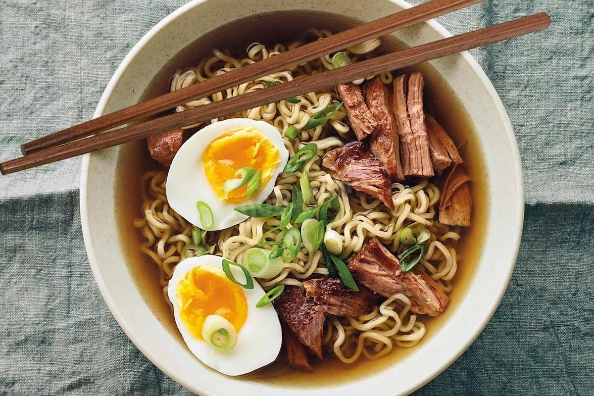 Куриный суп с лапшой, специями и кинзой по китайскому рецепту