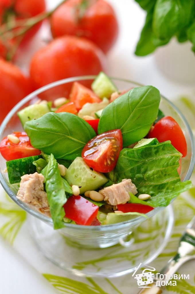 Слоеный салат с тунцом и свежими огурцами