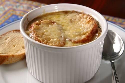 Классический рецепт французского лукового супа — похлебка по-королевски