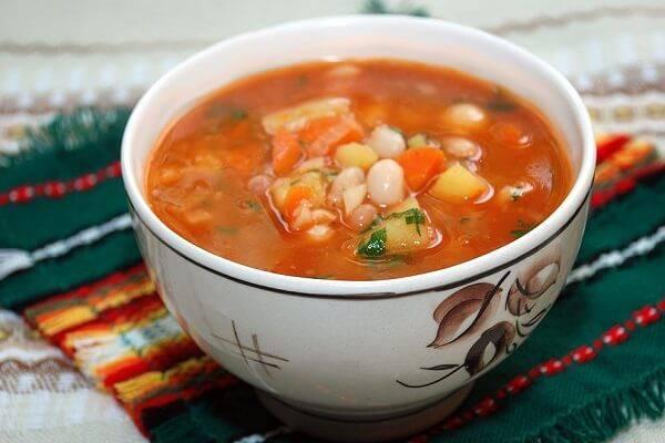 Фрикадельки с фасолью в сырно-овощном соусе