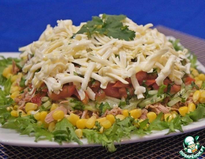 Летний салат со свежими огурцами и консервированным тунцом