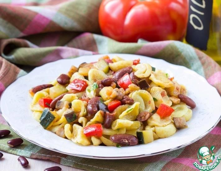 Паста с курицей и фасолью в сливочном соусе