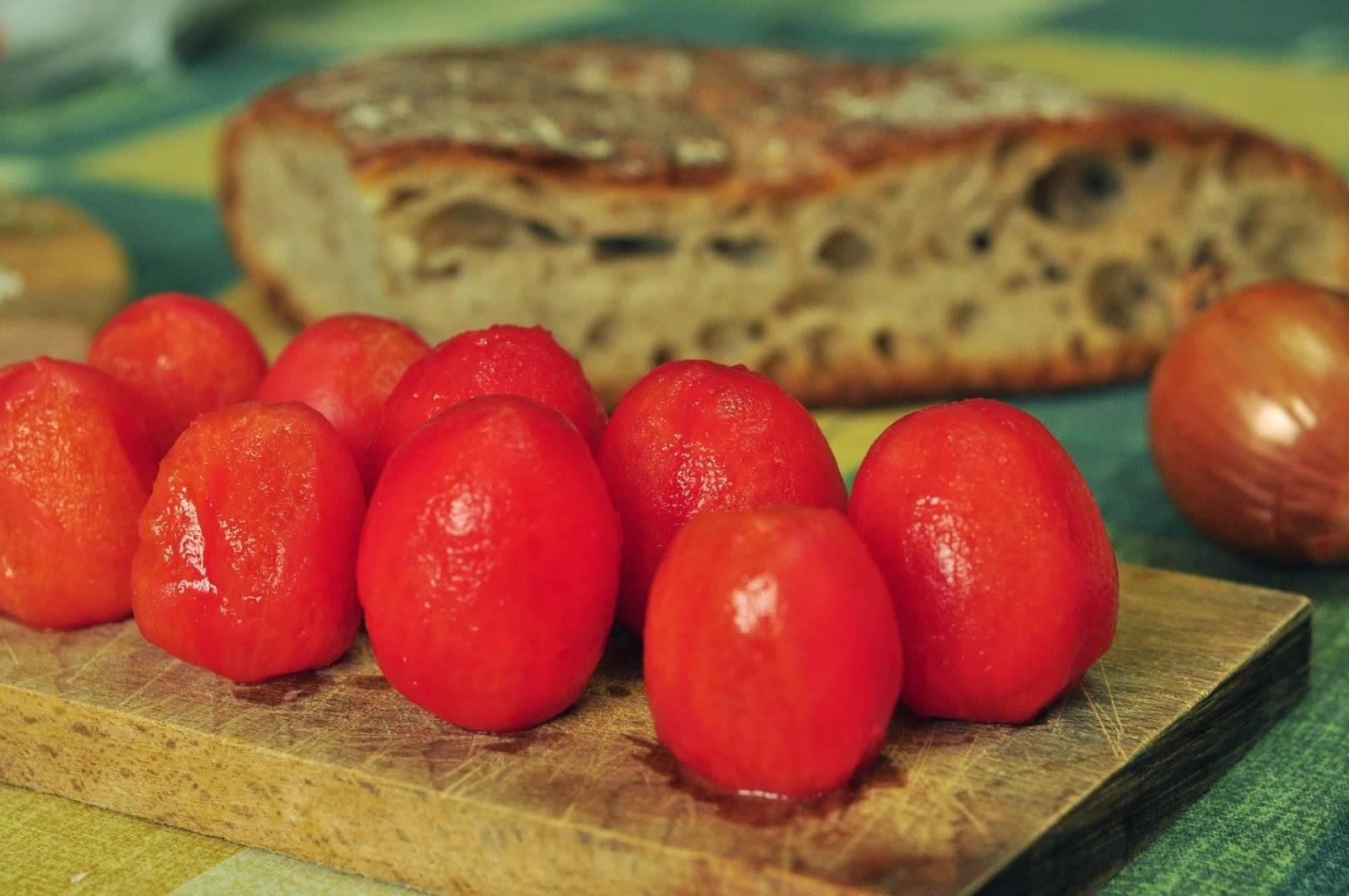 Итальянские брускетты с помидорами черри, луком и базиликом