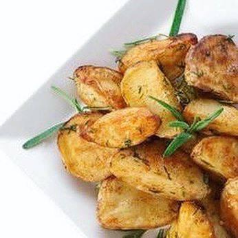 Картошка в духовке запеченная дольками с хрустящей корочкой, с чесноком, приправами и по-деревенски