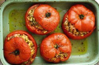 Фаршированные помидоры по-восточному: с рисом, курагой и кабачком
