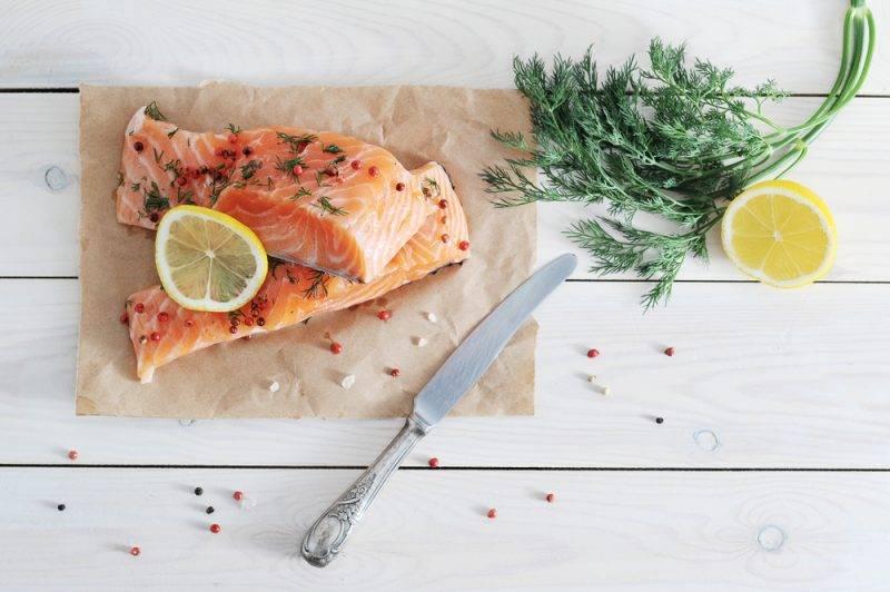 Как засолить красную рыбу сухим способом, в рассоле и с лимоном?