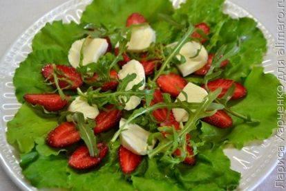 Рецепт – итальянский салат с рукколой, креветками и моцареллой