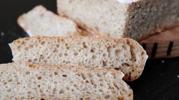 Чесночный хлеб с травами и орехами