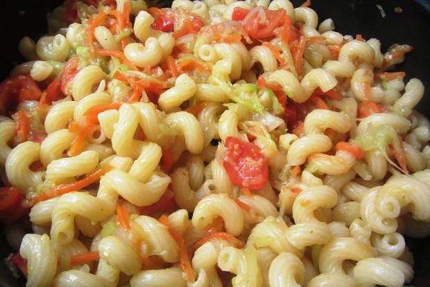 Макароны с овощами — блюдо для завтрака из обжаренных овощей