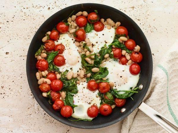 Питаемся полезно: яичница с фасолью, помидорами и шпинатом